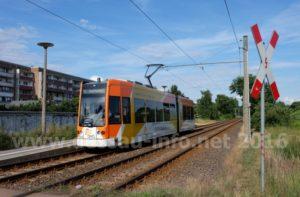 Triebwagen 310 am Abend des 1. Juli 2016, an der Haltestelle Augustenstraße. Da Wagen hat ein Zusatzschild, welches auf den letzten Betriebstag der Linie 4 hinweist.